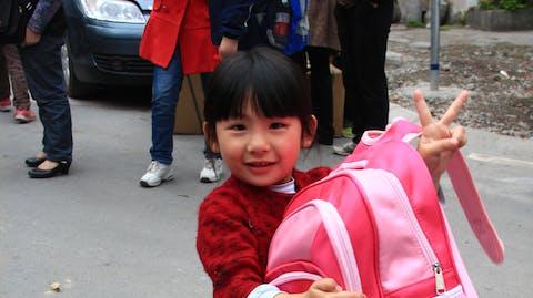 Meisje naar school china tas