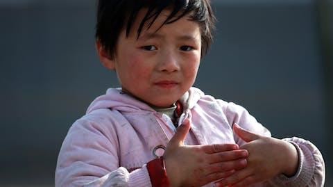 Meisje naar school China spelen