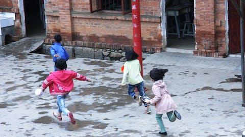 Meisje naar school China schoolplein