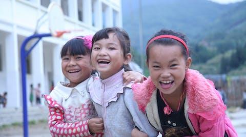 Meisje naar school China drie schoolmeisjes