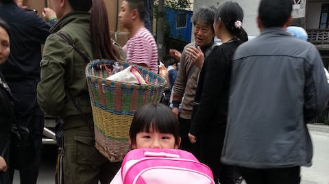 Meisje naar school china Plan International tas