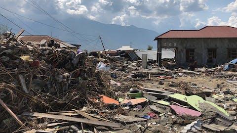 ingestorte huizen op het eiland Sulawesi na de aardbeving en tsuanami