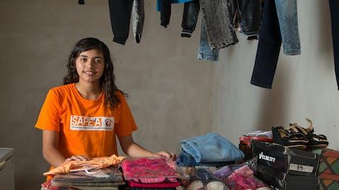 meisje verkoopt kleding in winkel