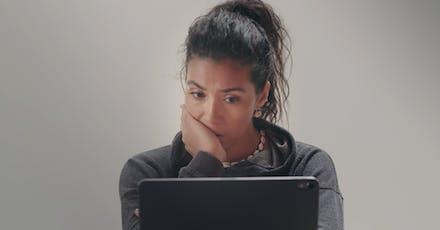 vrouw kijkt naar video over meisjesbesnijdenis