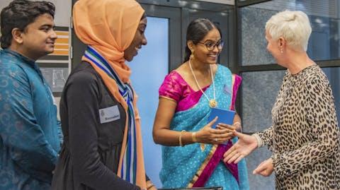 Youth advocate Vyjayanthi van de Girls Advocacy Alliance ontmoet Kirsten van den Hul in de Tweede Kamer
