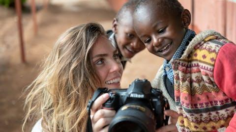 Fotograaf: Jeroen van Loon Kim Feenstra ging met Plan International naar Kenia om meiden te fotograferen die zijn besneden, jong kinderen kregen of als kind moesten trouwen.