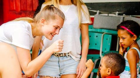 Sarina's dochter speelt met een van de kinderen.