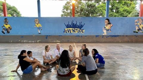 In een groepje praat Sarina met een paar meisjes.