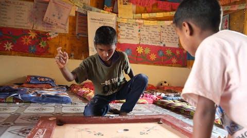 jongetjes spelen in noodcentrum voor kinderen in vluchtelingenkamp Bangladesh
