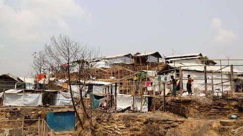 Nieuwe tenten worden gebouwd in vluchtelingenkamp Cox's Bazar Bangladesh